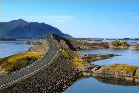 大西洋公路,是挪威64号县公路的一段,全长5英里,充满西部海湾的独特魅力。公路开通于1989年,从K?rv?g西面2英里处开始,七座桥梁呈之字形向西延伸,位于Vevang东边2英里的通天桥最是有名。