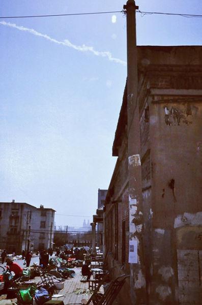 附近居民楼可追溯到八十年代。灰白色调还是显得很干净,且复古。