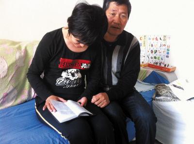 老孙在教女儿辨认当年她写的日记。