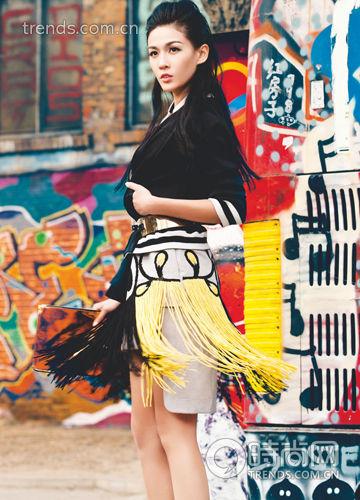 黑色棒球夹克 DKNY 7,190 元 刺绣图案流苏连身裙 Fendi 34,800 元 金色金属宽腰带 Atos Lombardini From LB 1,960 元 电光色极简手拿包 H&M 199 元