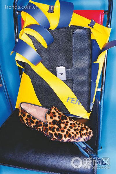 公文包   黑色方形珍珠鱼纹公文包,搭配豹纹花色皮鞋,质感...