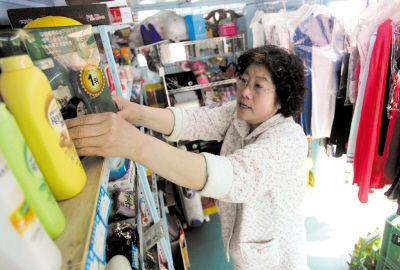 如今,张砚波有时也替女儿照看小店,这位可敬的母亲外表平凡,内心却坚强而伟大