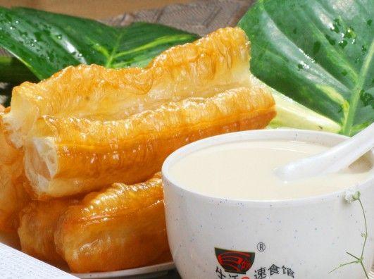 豆浆油条是很多中国人的必备早餐