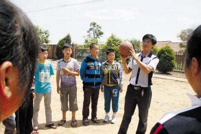 迟尚斌25日到庄河青堆子镇给乡村孩子上足球课(图)