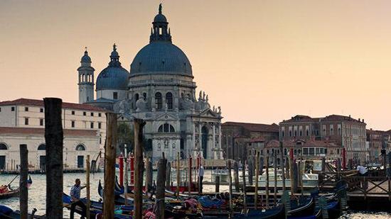 威尼斯的风景也成为了和卡纳莱托的作品一样的经典,它是一.