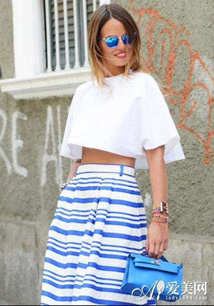 搭配:白色短上衣+蓝白条纹半身裙