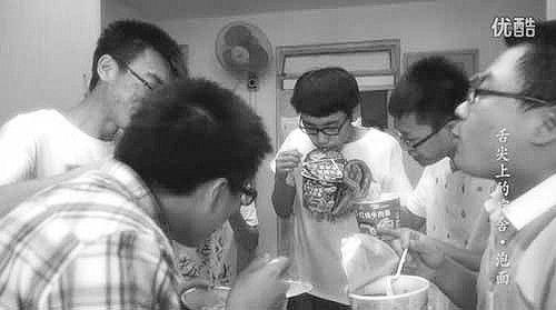 同学聚在一起,享受各自的美味泡面。