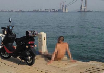 ▲有人在海边裸体晒太阳。