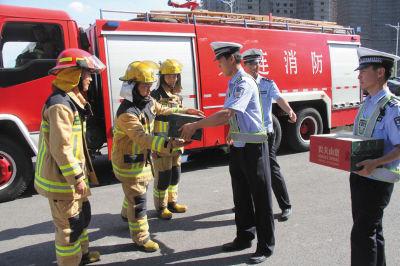 救火完毕后,民警给消防官兵送水