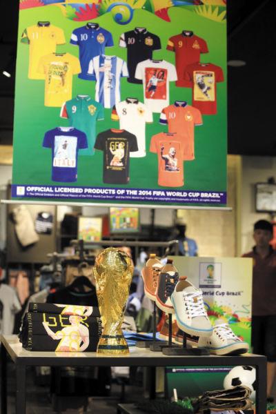大连各大商场、超市、快餐店、酒吧等地随处都能见到搭世界杯顺风车进行的促销和推广活动。   摄影/张春雷