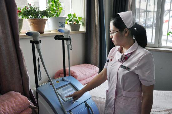 护士在操作机器