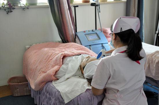 医护人员在进行美容操作