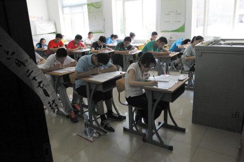 副市长朱程清视察了大连市第四十二中学考点.