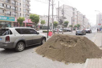 大货爆胎 马路中间卸沙子