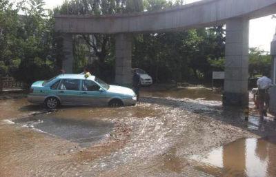 自来水管道爆裂 出租车深陷水坑