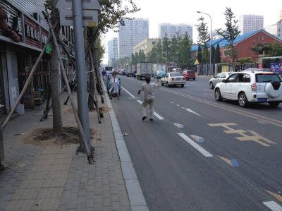 马路上打羽毛球 生命安全无保障