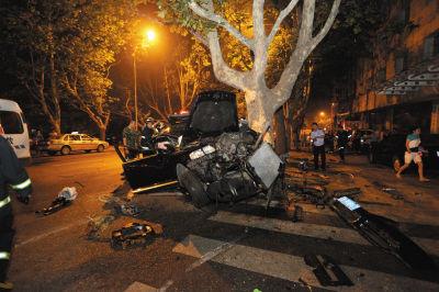 越野车撞灯杆侧翻又撞树 车体撞断司机遇难