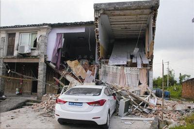 女新手开车回娘家撞塌了母亲和哥哥两间房
