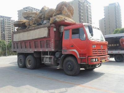 三辆大货车满载石块严重超载