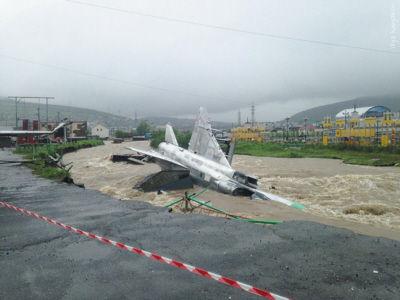 洪水袭击俄罗斯数架退役战机被冲走