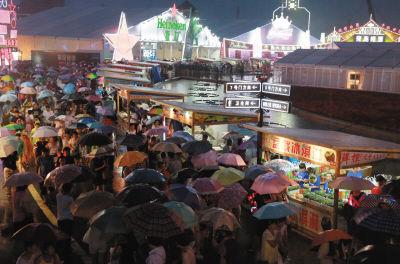 国际啤酒节激情启幕星海湾雨中迎客22万