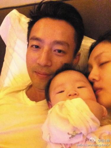 汪小菲晒全家照 怀中老婆甜睡