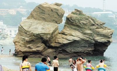 刚被雷击又遭风浪侵袭礁石分裂引来更多游客