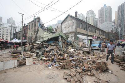 大连东关街百年老楼成危房 昨日勘察时突然倒塌