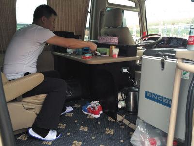 核载36人大客车塞进54人中巴车私装办公桌电冰箱