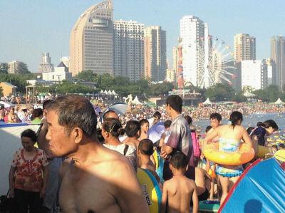 天气炎热,浴场游客激增。晚报摄手 李想摄