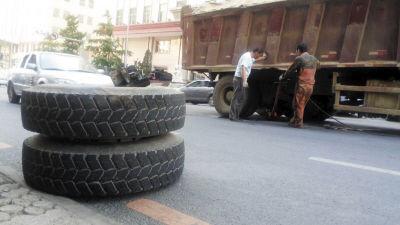 大货车行驶中轮胎飞出 路边轿车不幸被击中