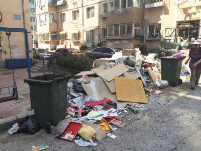 大连一处小区垃圾堆积 经过数月至今无人清理