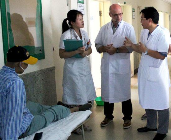 两位医生在讨论16岁小张的病情,并探讨最有效的治疗方案。