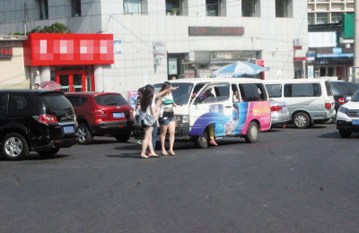 一些高校周边黑车扎堆揽客。