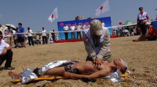 本次演练以检验海上救援队应急反应速度和水陆联合