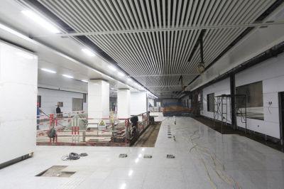 地铁2号线湾家站的站厅层装修收尾,模样简约不花哨。