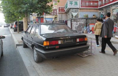 车主将轿车停路边长达半年用作卖货摊位