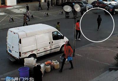 男子搬货时没锁车 转眼被贼偷了包