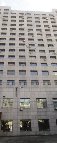 躲债男子当时被困9楼窗台(画圈处)。
