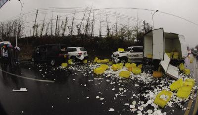 车体不同程度受损,现场地面一片狼藉。