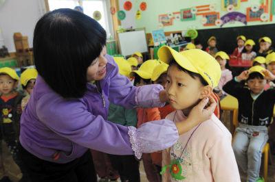 幼儿首次戴小黄帽