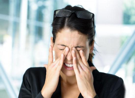3个小动作缓解眼睛酸疼